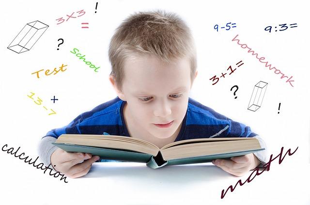 niño leyendo libro matematicas