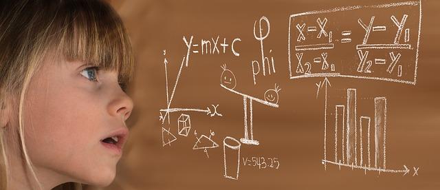 niña apendiendo matematicas colegio